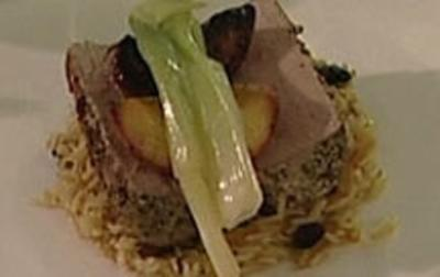 Schweinefilet in Kruste mit Balsamico-Pfirsichen (Barbara Eligmann)