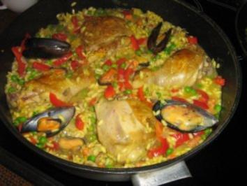 Paella mit hähnchen und