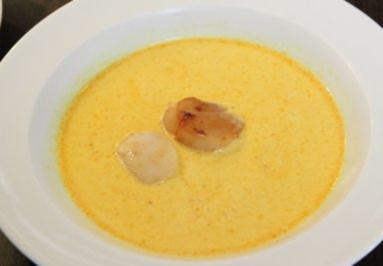 Kokos-Curry-Suppe mit gebratener Jakobsmuschel